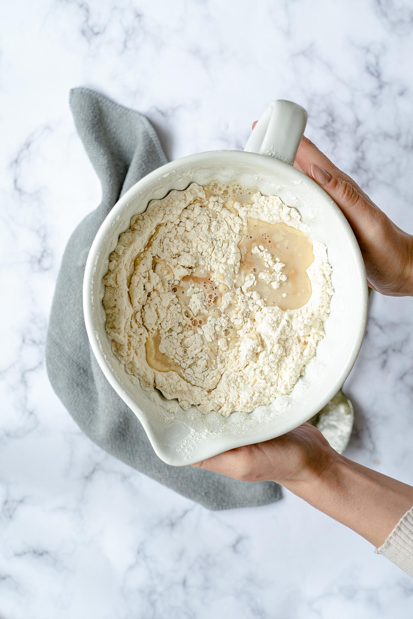 Mehl mit Hefe in einer Schüssel