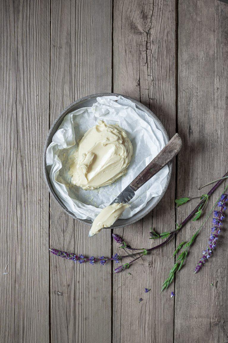 Butter in einer Schüssel mit Messer